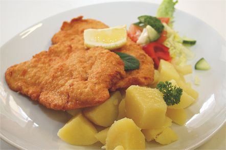 Kuřecí řízek, šťouchaný brambor